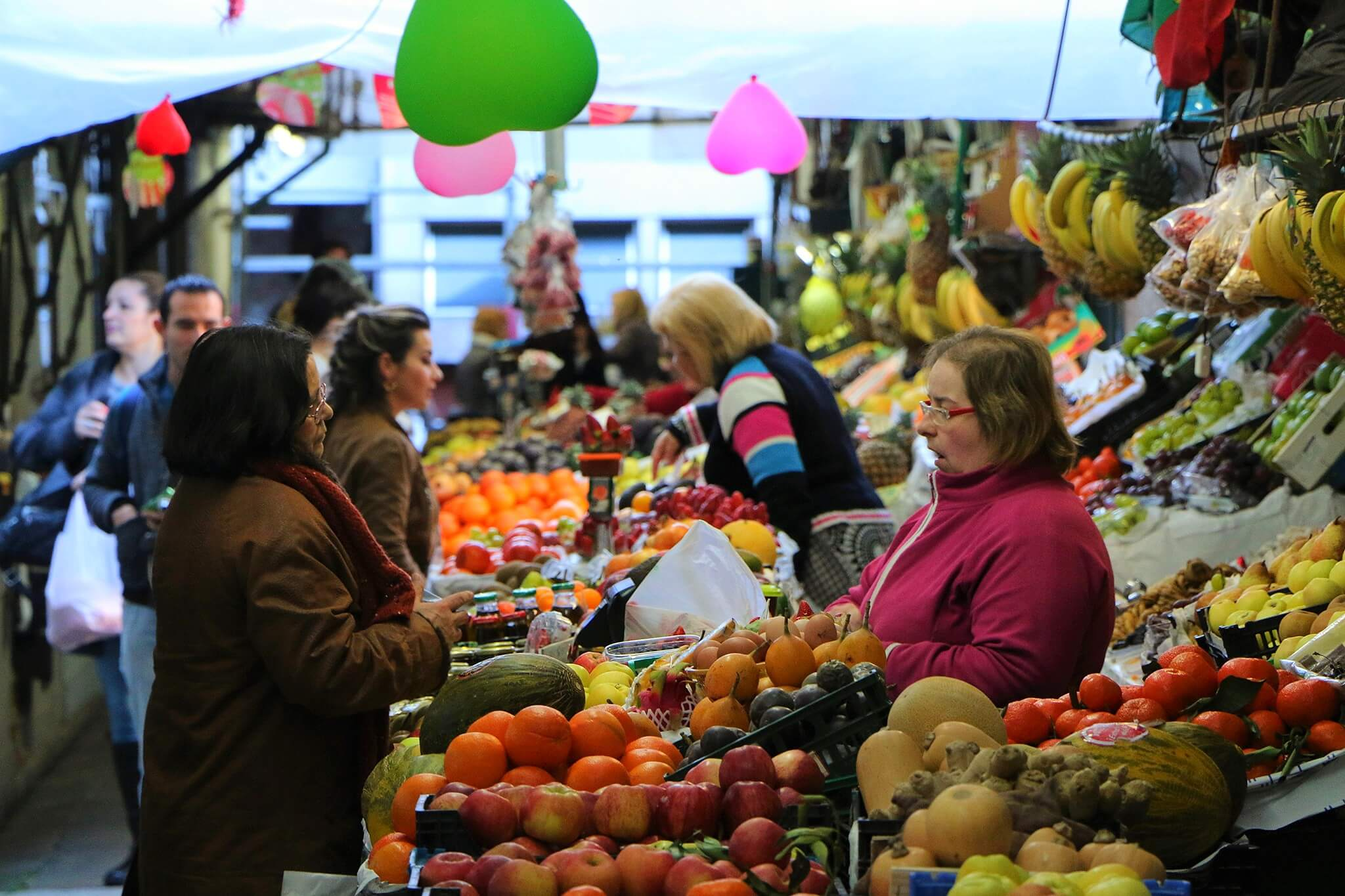 Déambuler dans le marché de Bolhão est certainement la meilleure chose à faire à Porto, pour rencontrer d'authentiques Portuenses.