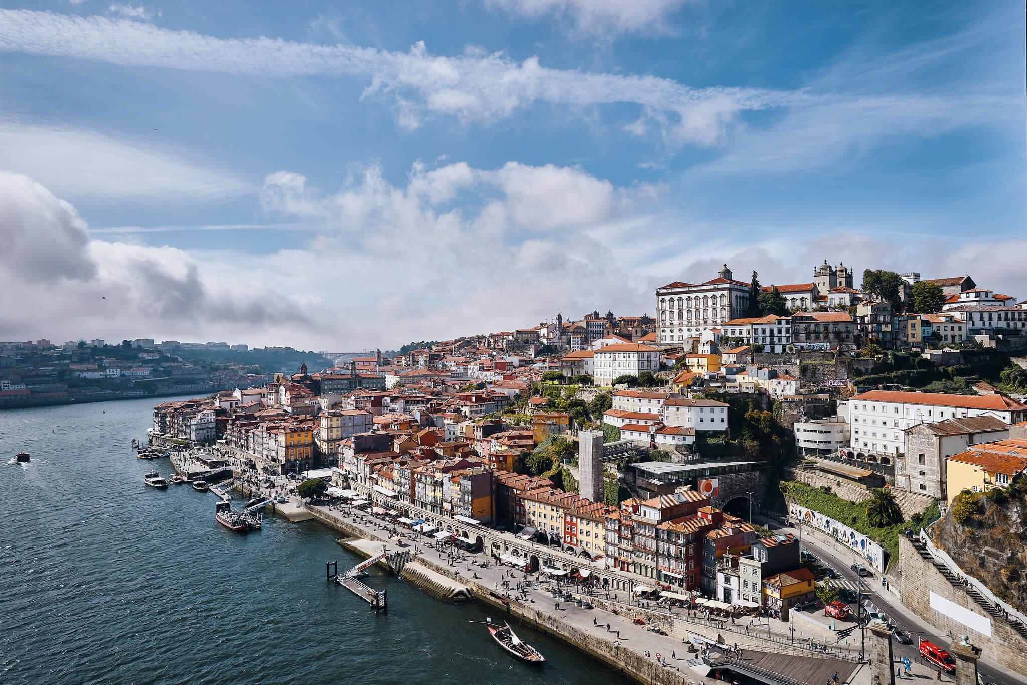 Que faire à Porto en premier ? Déambuler dans les ruelles étroites et sinueuses du quartier Ribeira, surtout si l'on veut découvrir le centre historique de la ville dans toute son authenticité.