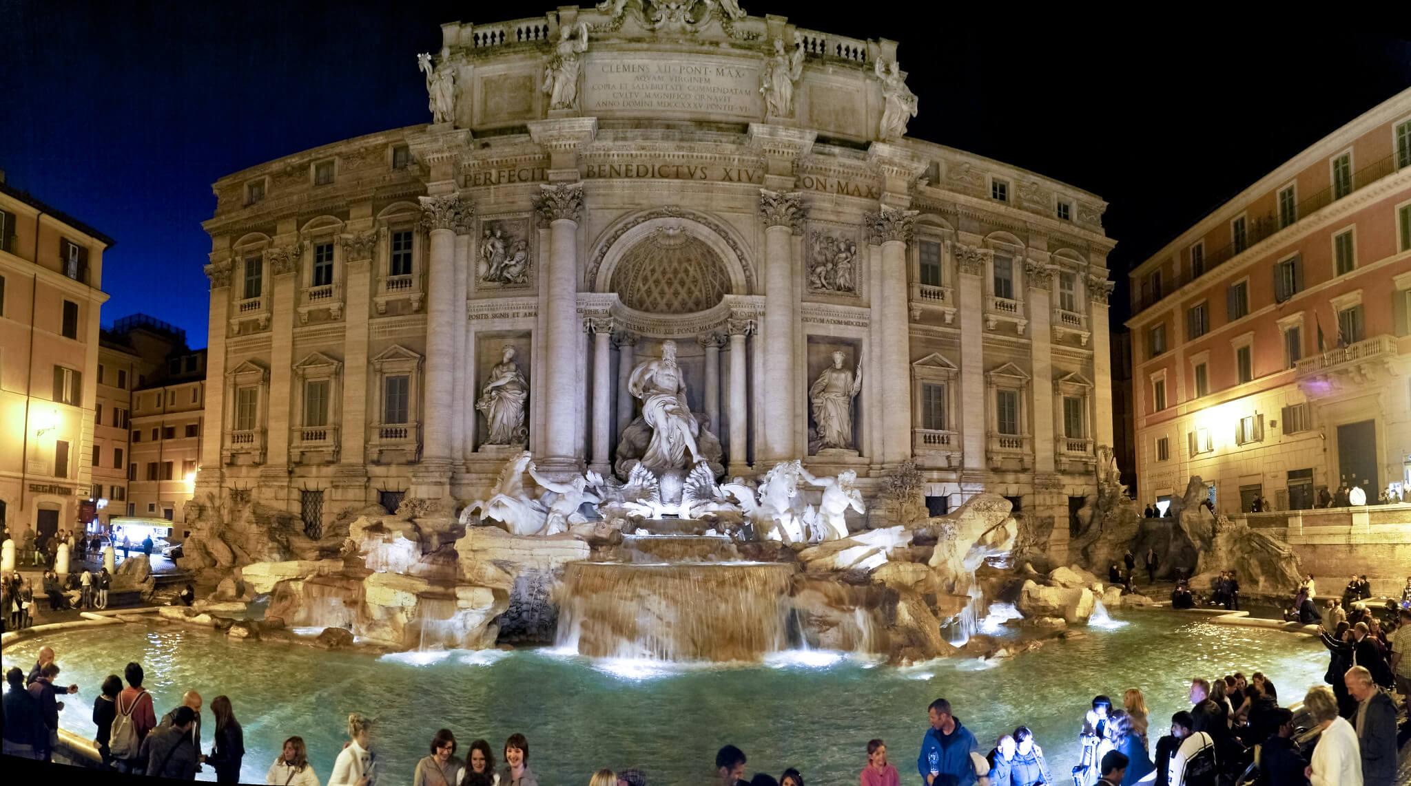 Que faire à Rome en 2 jours ? Découvrir des sites incontournables dont la splendeur résiste à l'assaut du temps, à l'instar de La Fontaine de Trévi.