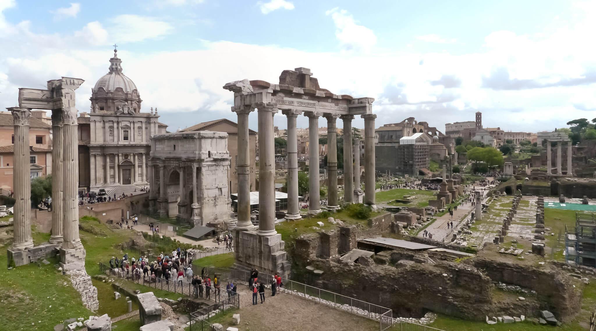 Le Colisée, le Forum Romain et le mont Palantin, vestiges de l'époque de Rome Antique, s'inscrivent parmi les attractions phares de la visite de Rome en 2 jours.