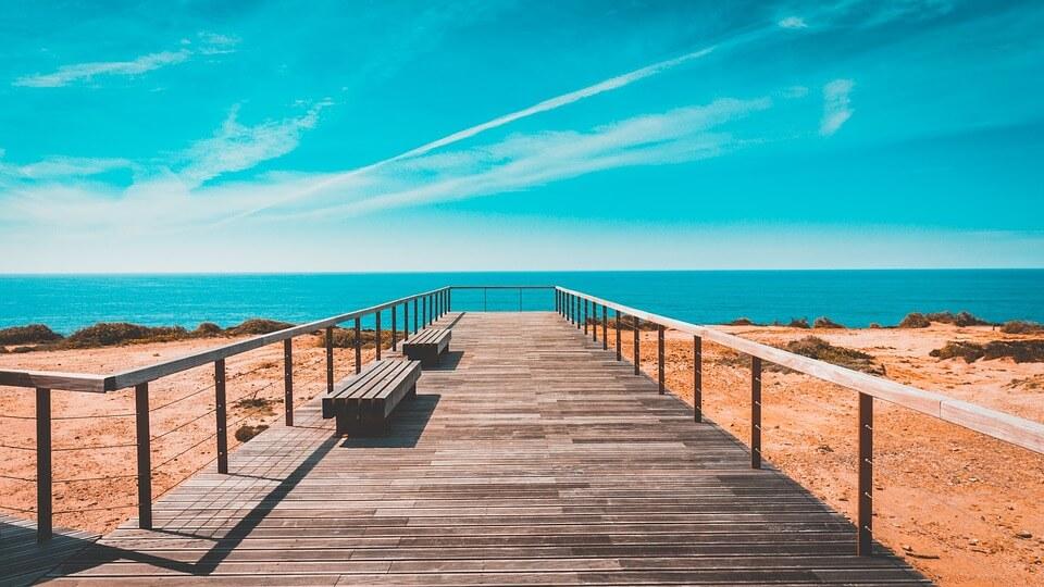 algarve portugal ponton en bois mer sable ciel bleu ou partir à 5h de vol de Paris