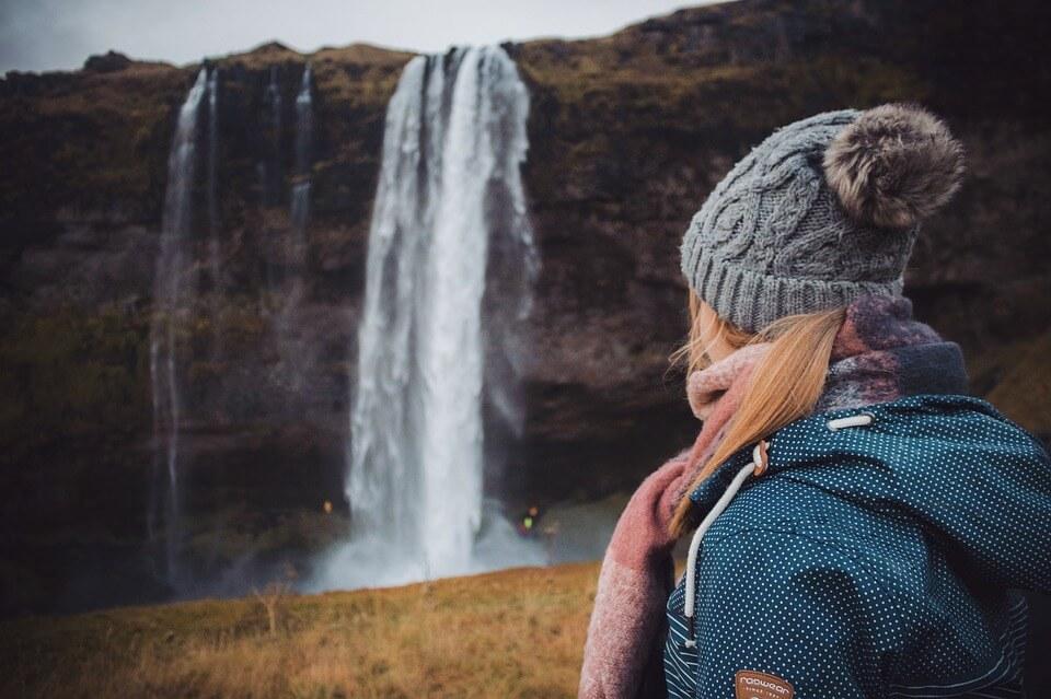cascade jeune femme road trip en Islande