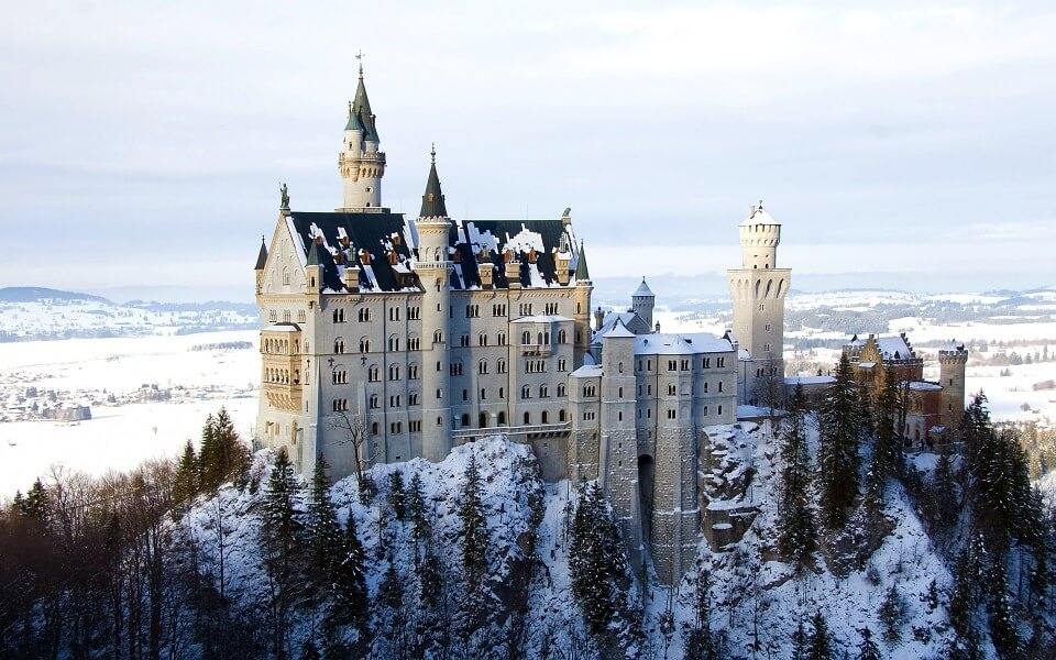 chateau de neuschwanstein sommet montagne où partir en hiver