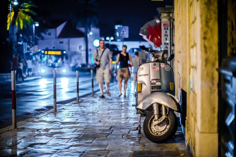 soiree vespa dubrovnik rue où faire la fête en croatie ?