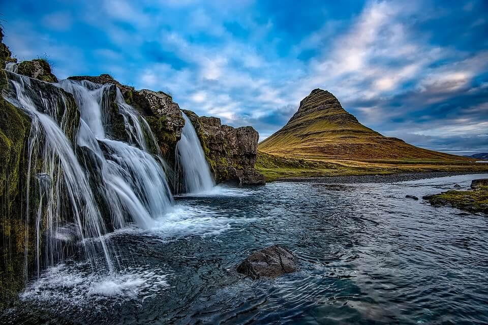 cascade montagne de Kirkjufell islande ou partir à 5h de vol de Paris