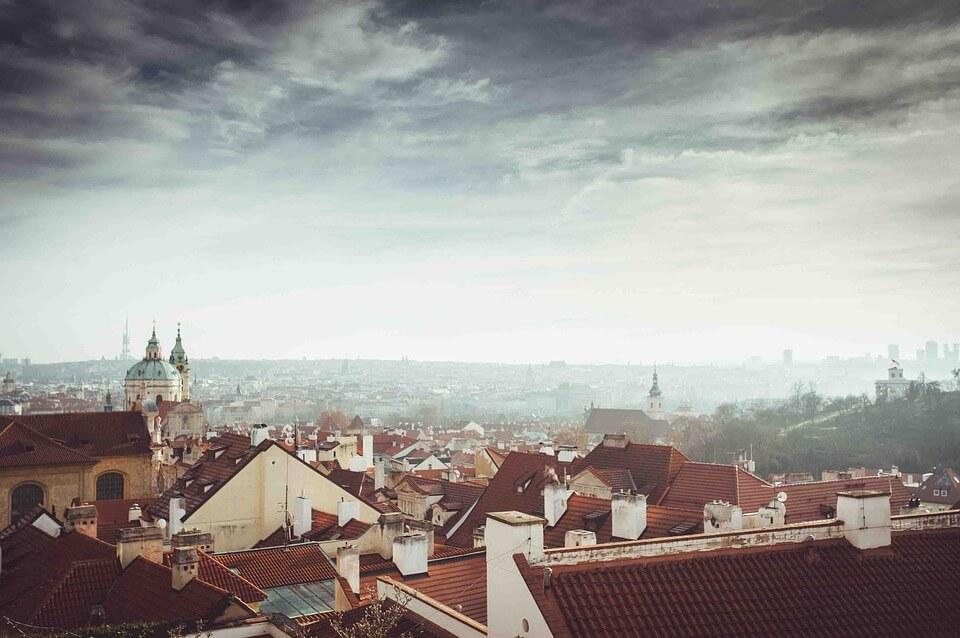 brouillard prague en hiver panorama sur la ville