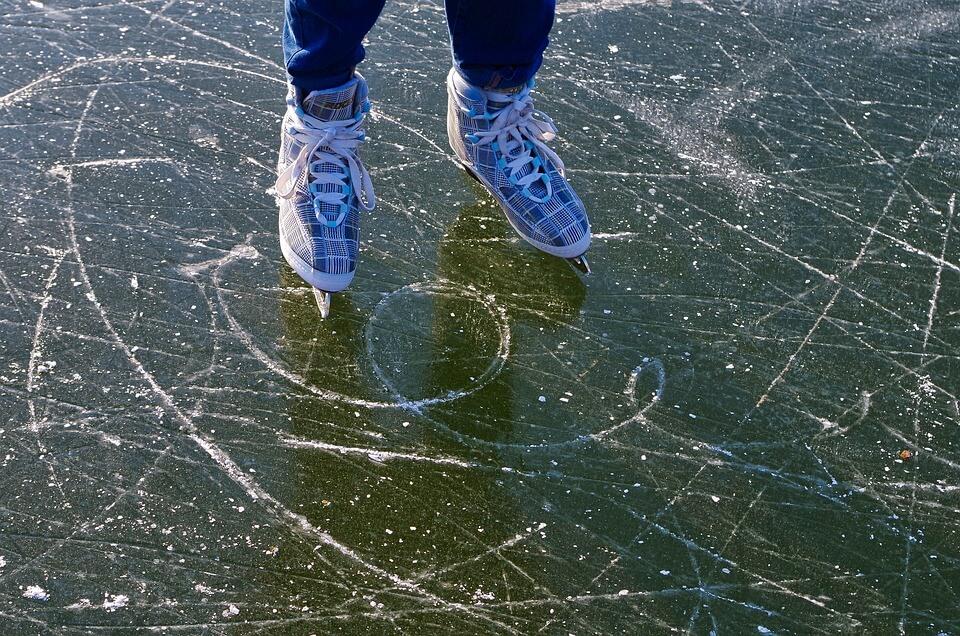patins à glace pieds patinoire stockholm en hiver