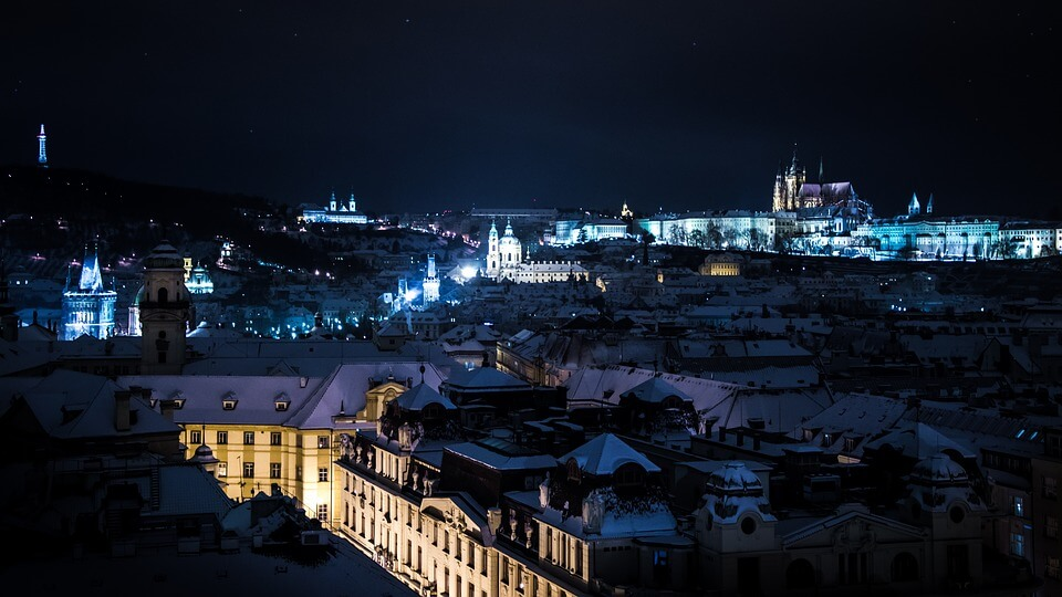 prague en hiver de nuit sous la neige