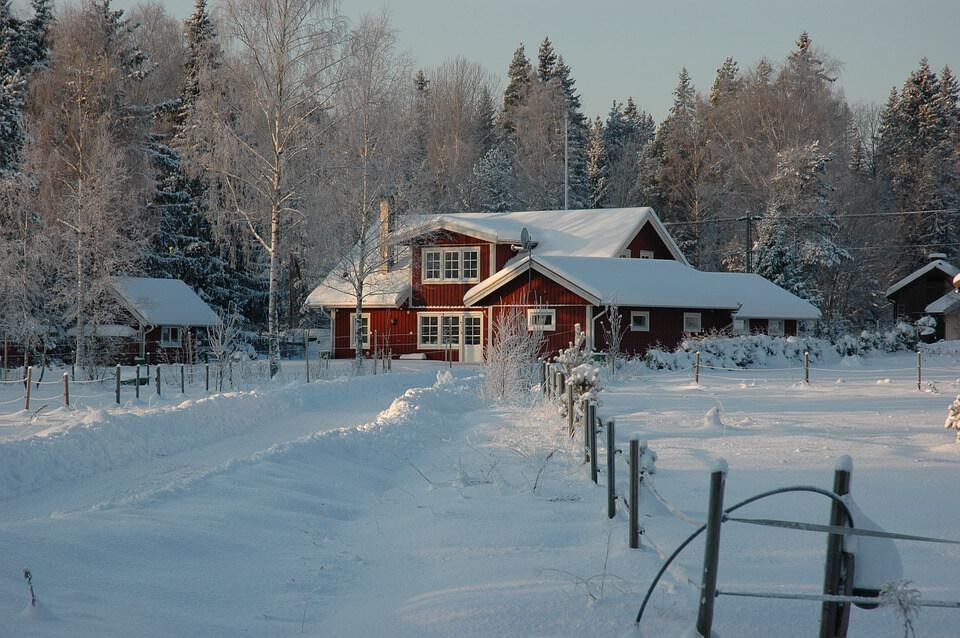 maison rouge sous la neige stockholm en hiver