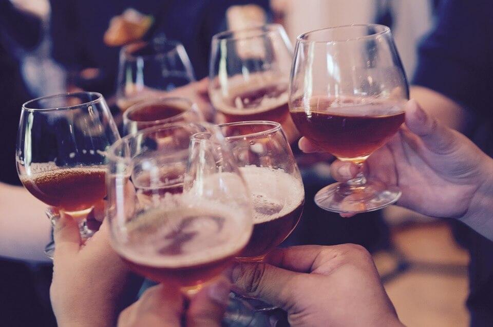 verre entre amis mains tchin berlin