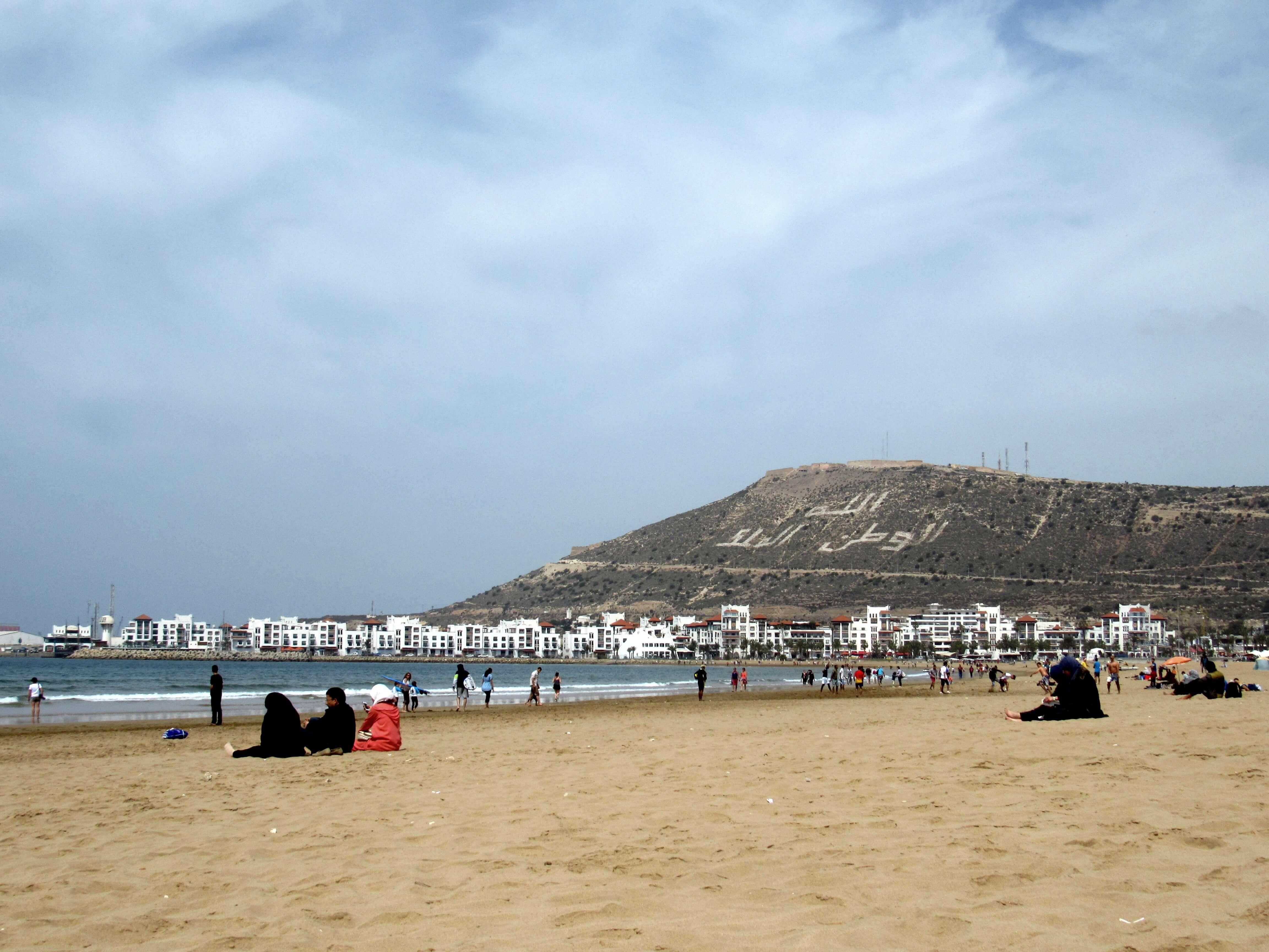 La plage et le soleil d'Agadir séduisent les passionnés de vacances au soleil en bord de mer.