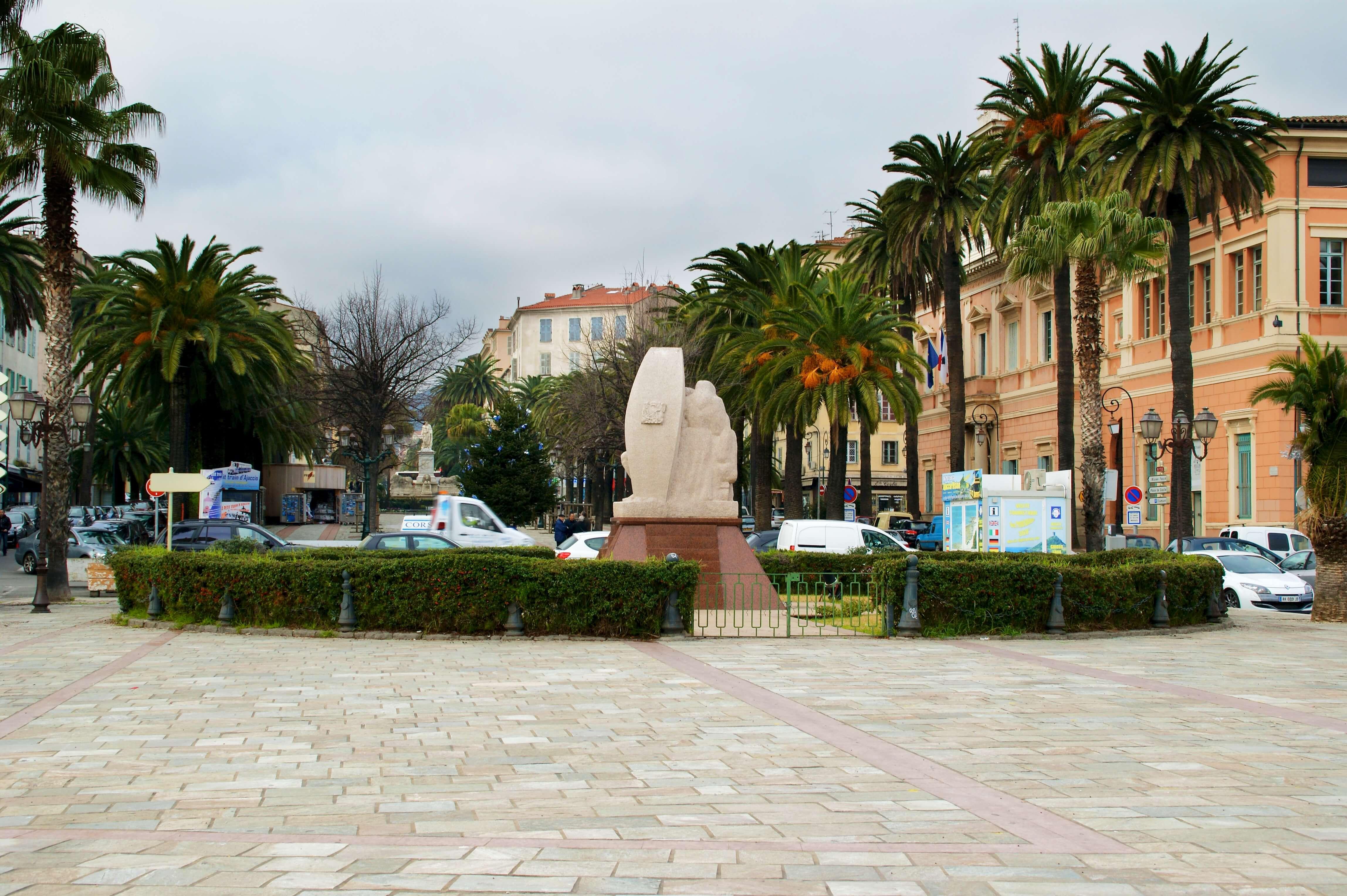 La Cité impériale, Ajaccio, abrite de magnifiques places et monuments historiques incontournables.