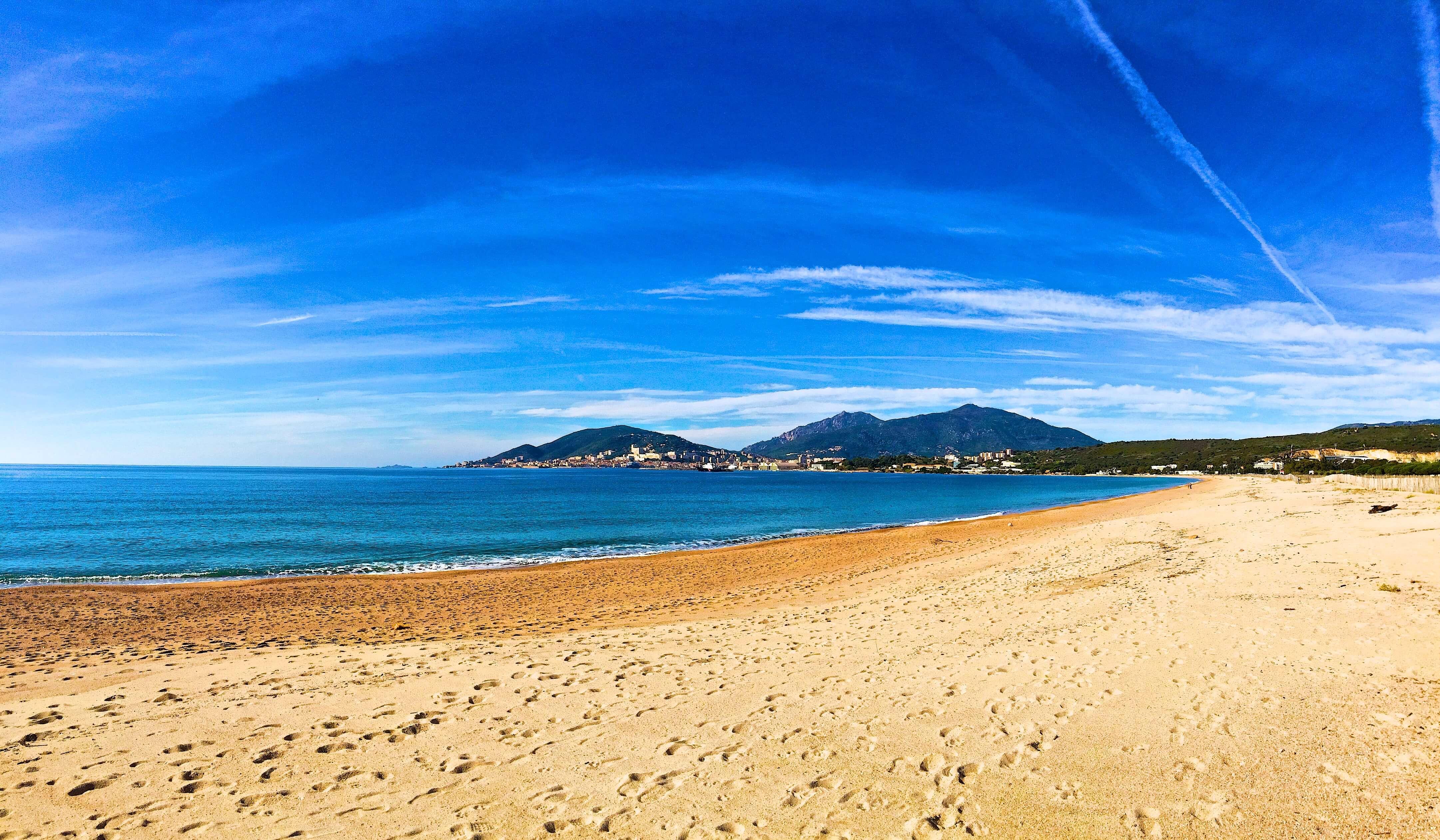 Que faire à Ajaccio si on est adepte de vacances en bord de mer ? Profiter du soleil sur l'une de ses nombreuses et magnifiques plages.