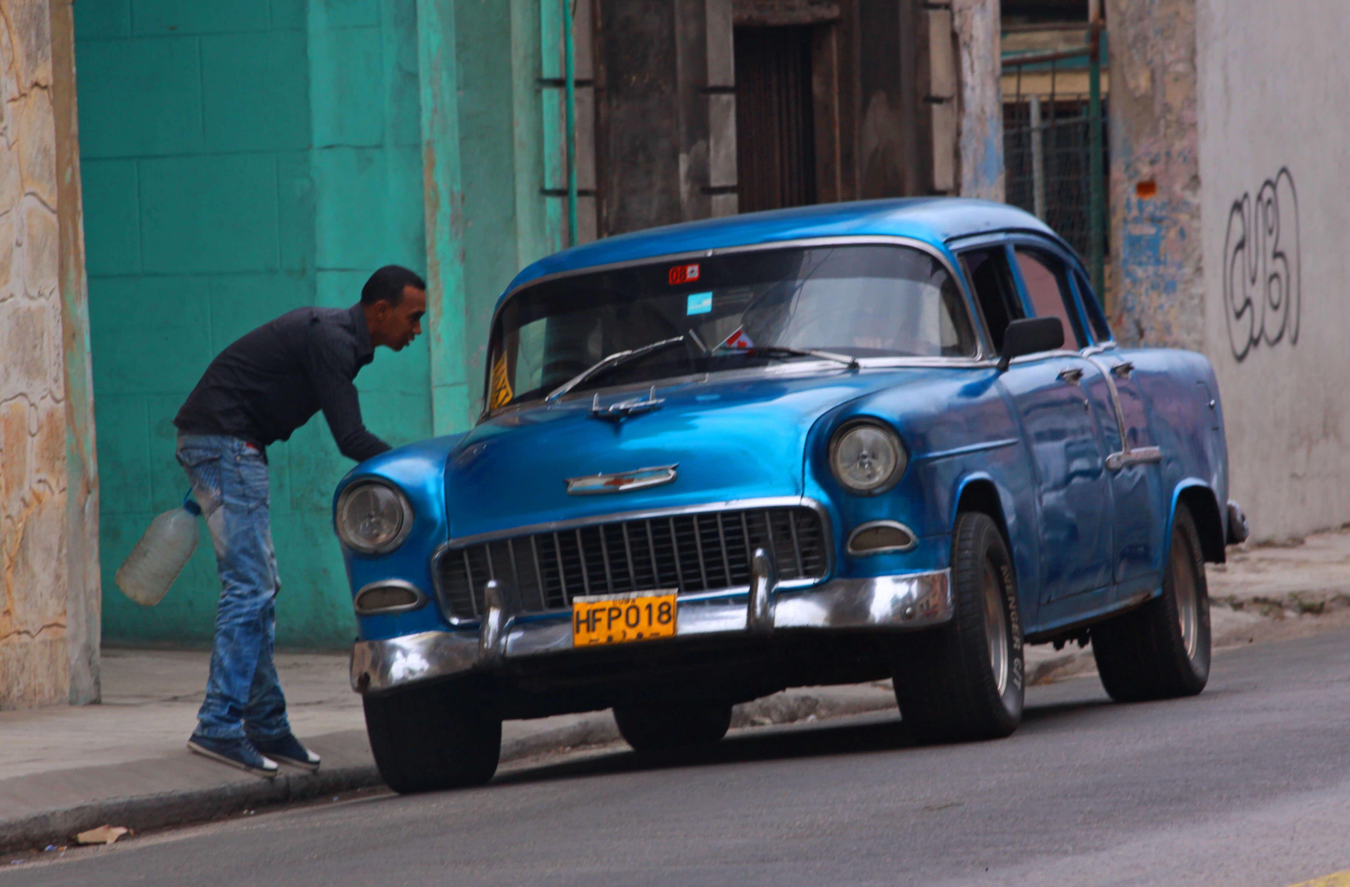 Que faire à la Havane pour une expérience inoubliable ? Louer une belle voiture américaine bien sûr ! Les belles américaines des années 50 sont emblématiques de la Havane.