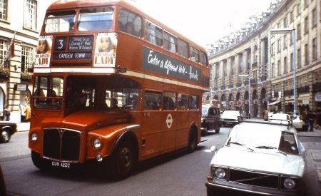 Le tour de la ville en bus à impériale est une des attractivités susceptibles de réjouir les enfants, venus à Londres en famille.