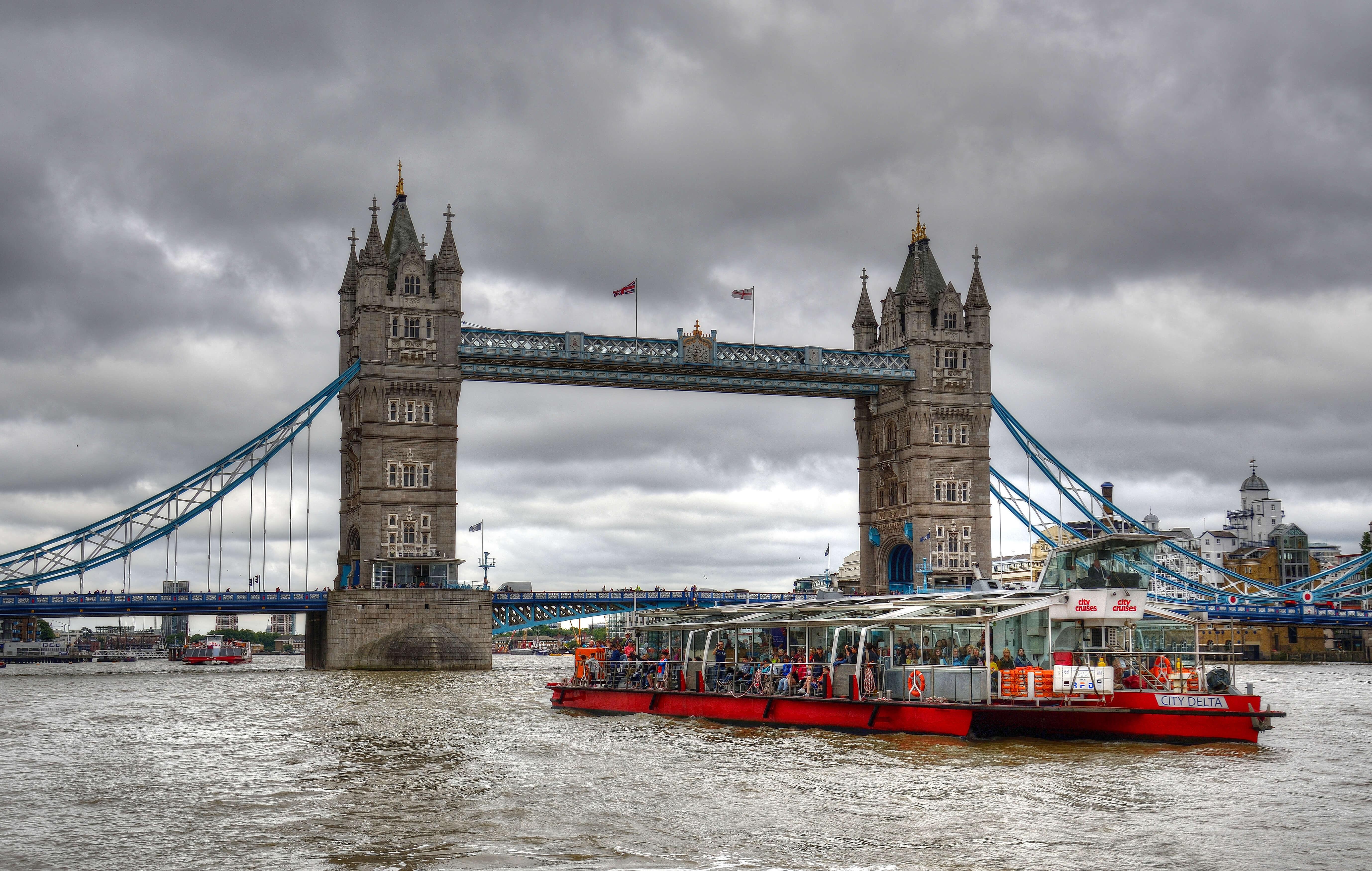 La croisière sur la Tamise est une des attractions les plus prisées par les jeunes touristes, venant à Londres en famille.