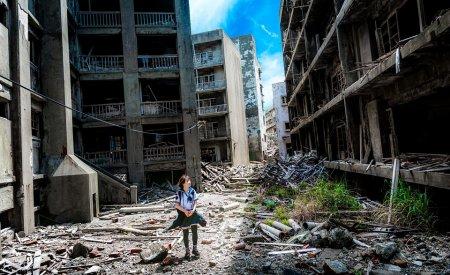 japonaise marche dans les ruines hashima île abandonnée au japon