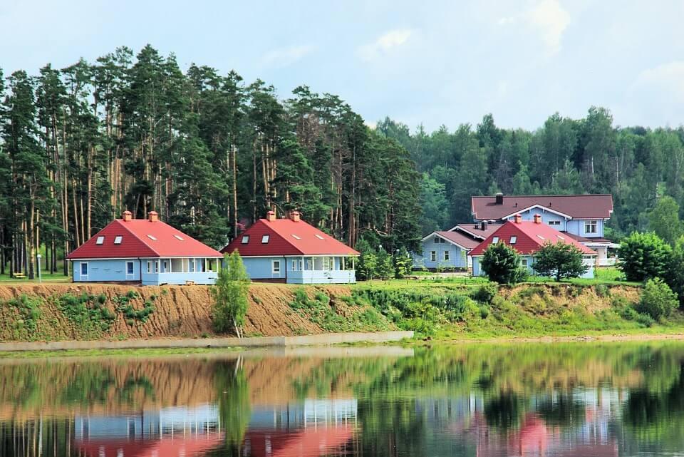 paysages russie maisons le long de la volga croisière Moscou Saint-Pétersbourg