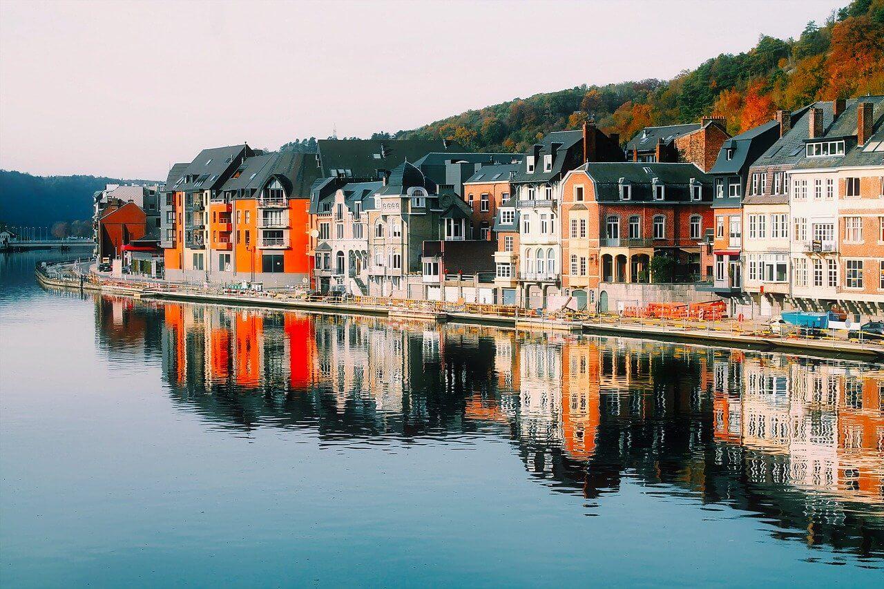 dinant riviere reflets facades colorées