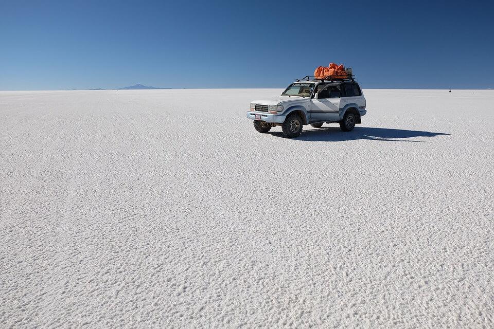 jeep salar d'uyuni désert de sel en bolivie