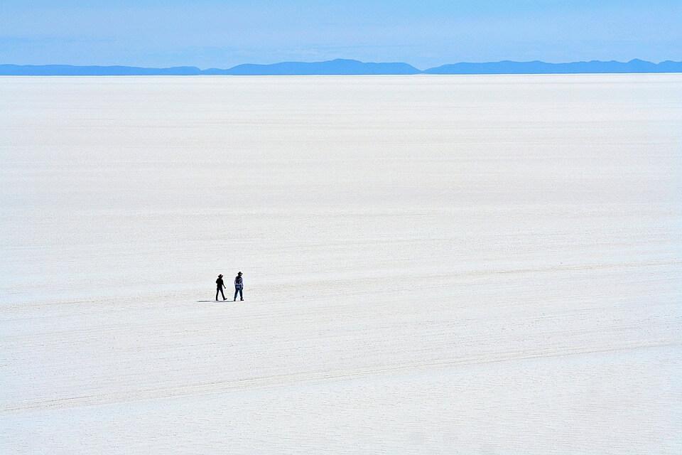 personnes marche désert de sel en bolivie