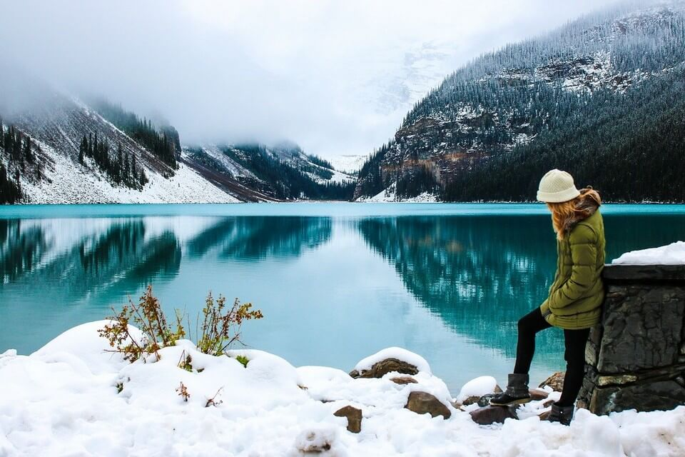 femme bord du lac canada au printemps bonnet