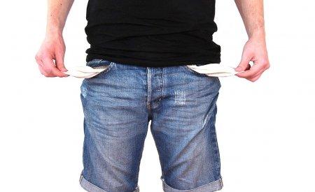 homme poches vides pas d'argent