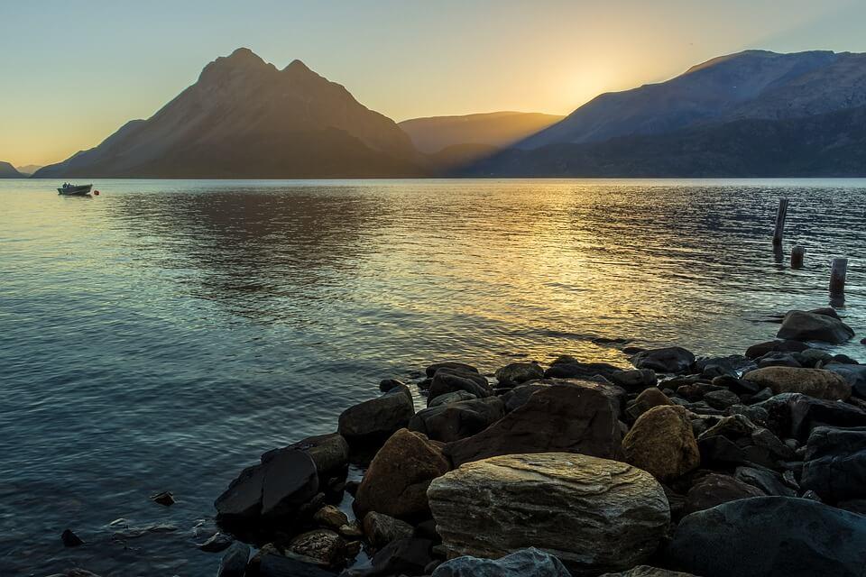 lac fjord eau soleil de minuit en norvège