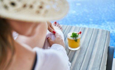 femme cocktail piscine detente vacances en resort au maroc