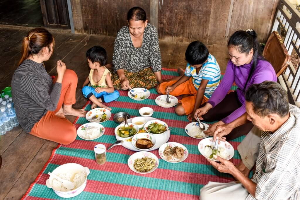 Le repas typique du Cambodgien est constitué de soupe, d'un plat principal, de quelques petits plats et aussi de plat de riz.