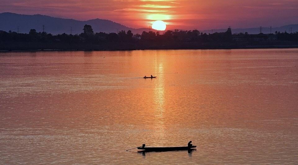 coucher de soleil sur le mekong remontée du mékong en bateau