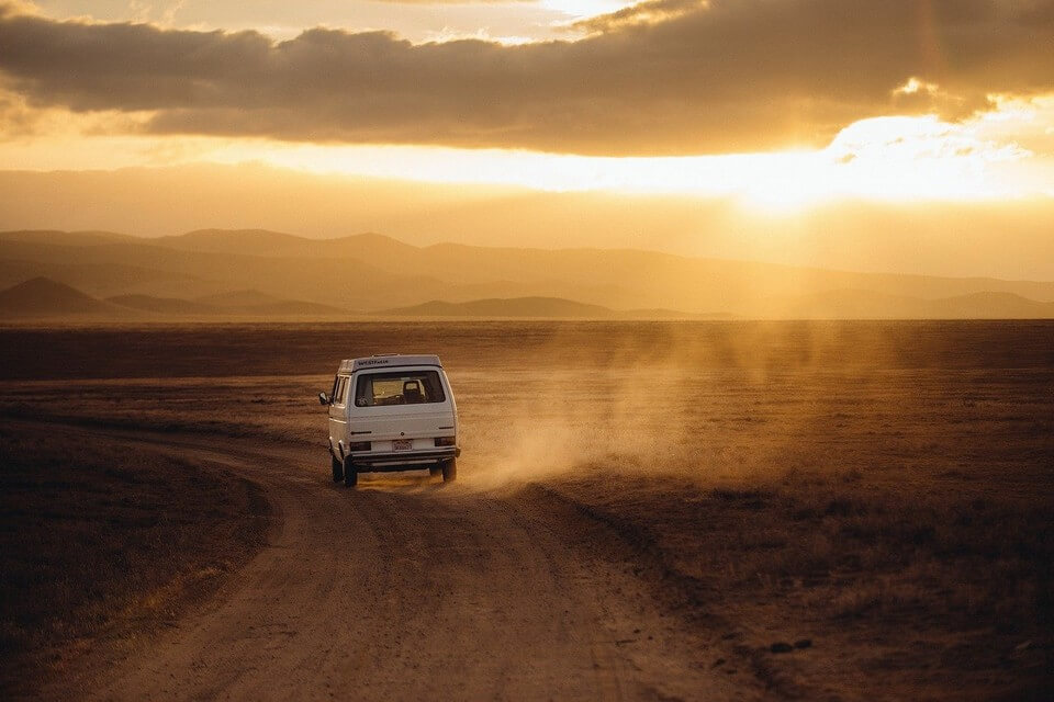 faire un road trip van desert poussiere