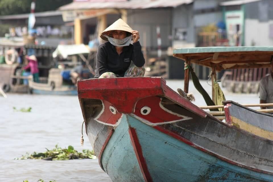 femme barque mekong remontée du mékong en bateau