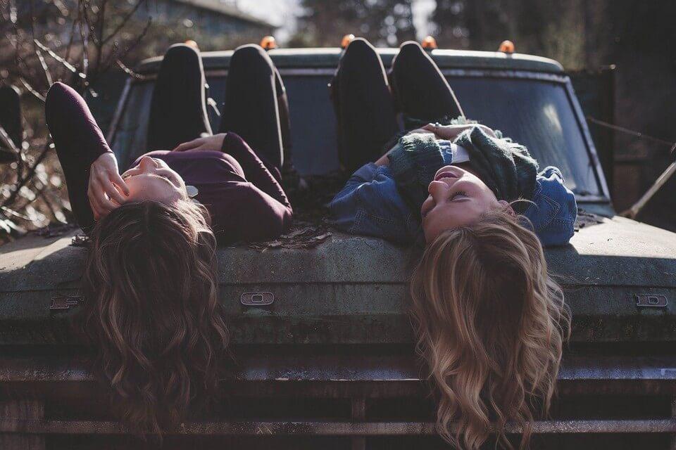 filles amitié voiture rire faire un road trip