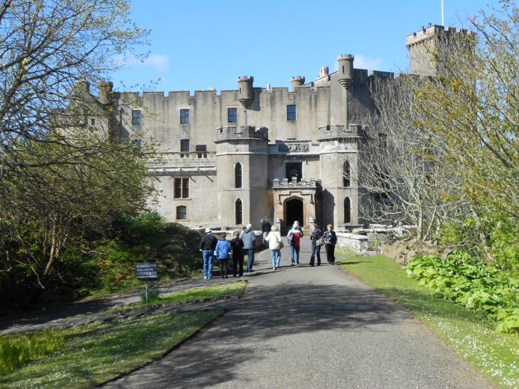 En hiver, profitez de la rareté des touristes pour visiter les sites touristiques comme le Château de Dunvegan à l'île de Skye.