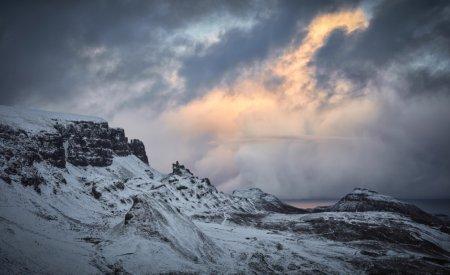 Les paysages envoûtants et les sommets mythiques de la chaîne montagneuse des Quiraings, étincellent à cause de la neige tandis que le reste des collines se pare de couleurs chatoyantes.