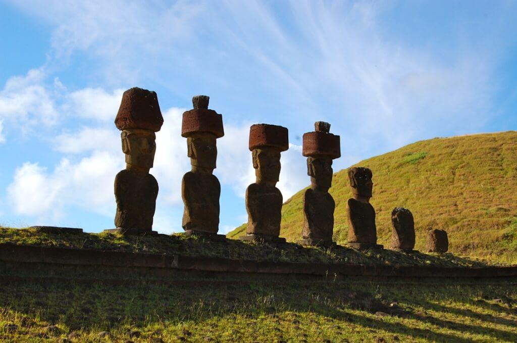Emblèmes de l'île de Pâques, les géants de pierre appelés les moaï revêtent un air mystérieux.