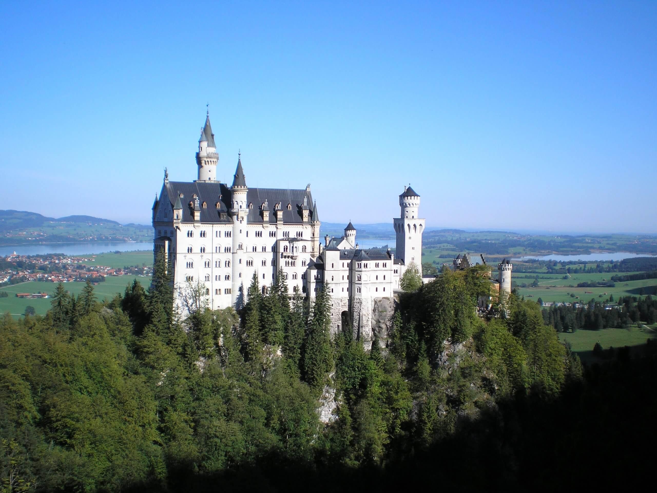 Le château de Neuschwanstein a inspiré Walt Disney pour l'architecture du « Château de la Belle au bois dormant », devenu depuis le logo des Studios Walt Disney.