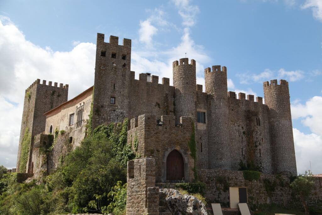 Avec ses ruelles flanquées de maisons blanches, couvertes de fleur, La magnifique petite ville d'Óbidos, dans la région de l'Estremadura figure parmi les plus belles villes du Portugal.