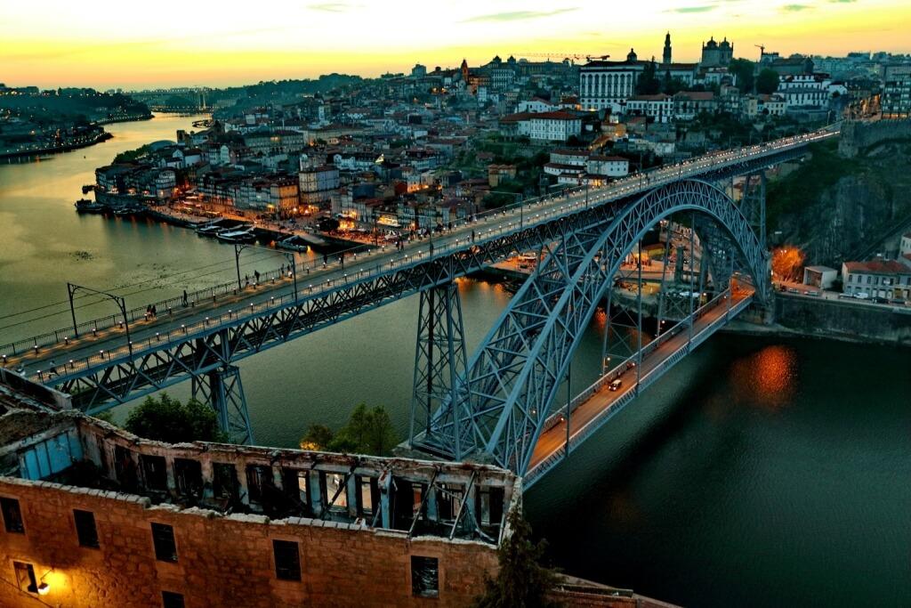 Porto est l'endroit rêvé pour les amateurs de vins qui pourront faire la dégustation des fameux vins de Porto et des autres spécialités culinaires de la ville.