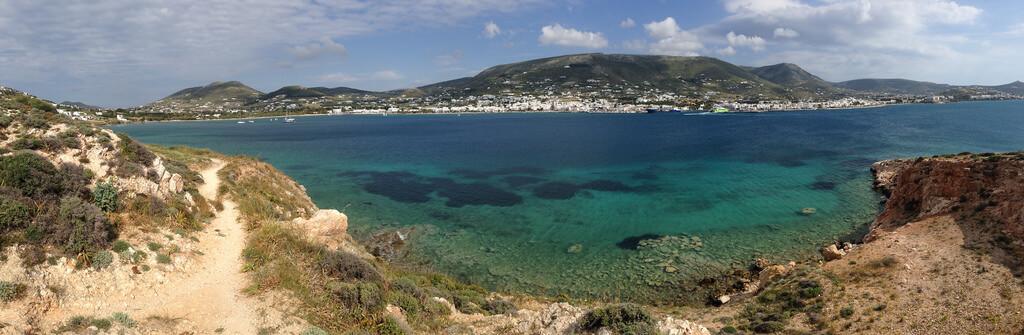 Grèce : Panorama sur la baie de Parikiá, île de Paros, Cyclades, Grèce