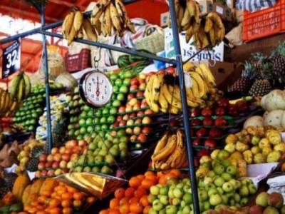 Photo de : Goûter les fruits exotiques au marché du Moule