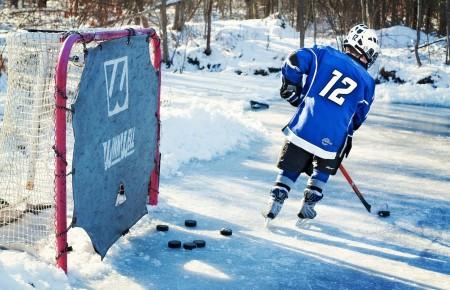Photo de : Jouer au hockey sur glace ou assister à un match en hiver au Canada