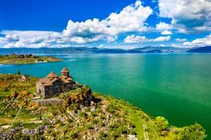 Arménie : Monastère de Hayravank sur les rives du lac Sevan en Arménie