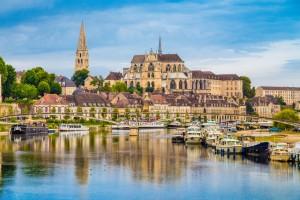 Auxerre (Yonne) : Ville historique d'Auxerre avec rivière de l'Yonne