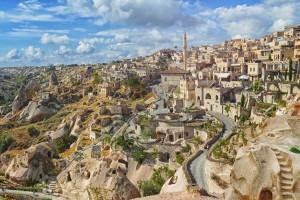 Cappadoce (Göreme) : Ancienne ville troglodyte de Nevsehir et château d'Uchisar en Cappadoce