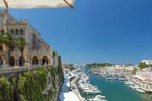 Ciutadella de Menorca : Hôtel de ville et le port de Ciutadella