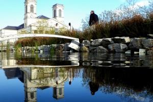 Vendée (La Roche-sur-Yon) : Eglise Saint-Louis de La Roche-sur-Yon, reflet dans l'eau