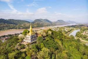 Laos : La pagode dorée du Wat Chom Si au sommet du mont phousi (Luang Prabang)