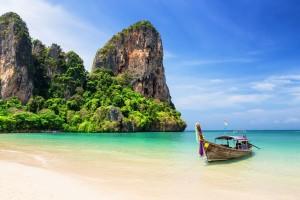 Thaïlande : Bateau traditionnel sur la plage de Railay Beach à Krabi